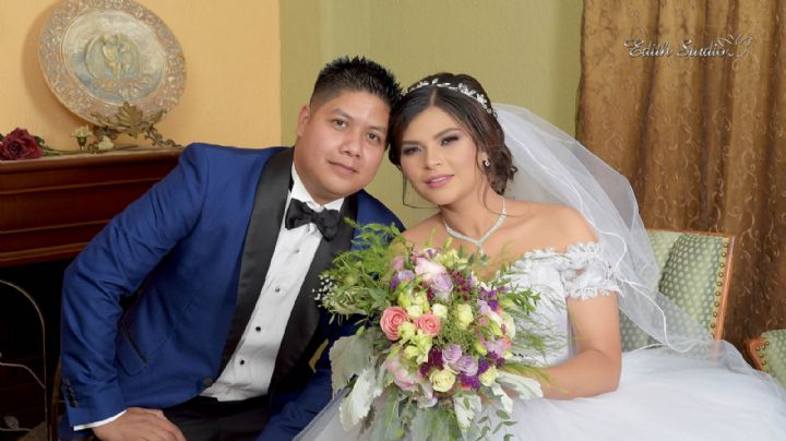 Claudia Gomes y Oscar Mata llegan felices al altar y celebran con gran banquete