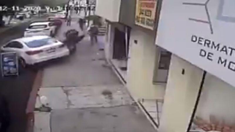 VIDEO: Conductor de automóvil evita ser asaltado y regresa para atropellar a los ladrones