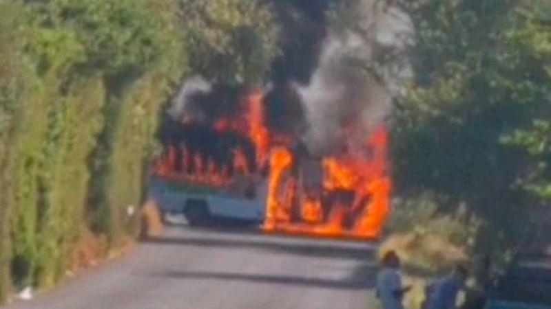 Michoacán: Delincuencia organizada incendia camión para bloquear carretera