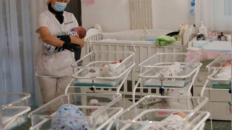 VIDEO: Enfermera prefiere atender su celular y deja caer a un bebé recién nacido