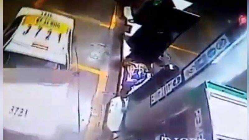 VIDEO: Taxista aprovecha descuido de empleado de gasolinera y se va sin pagar