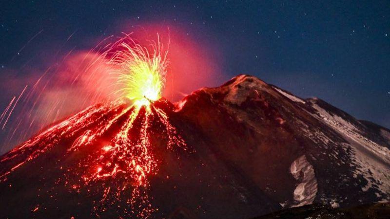 ¡Un espectáculo natural! El volcán Etna, en Italia, provoca lluvia de fuego tras su erupción