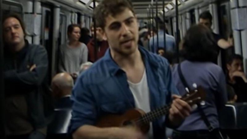 VIDEO: Un joven consiguió un empleo al viralizarse cantando su currículum en un metro