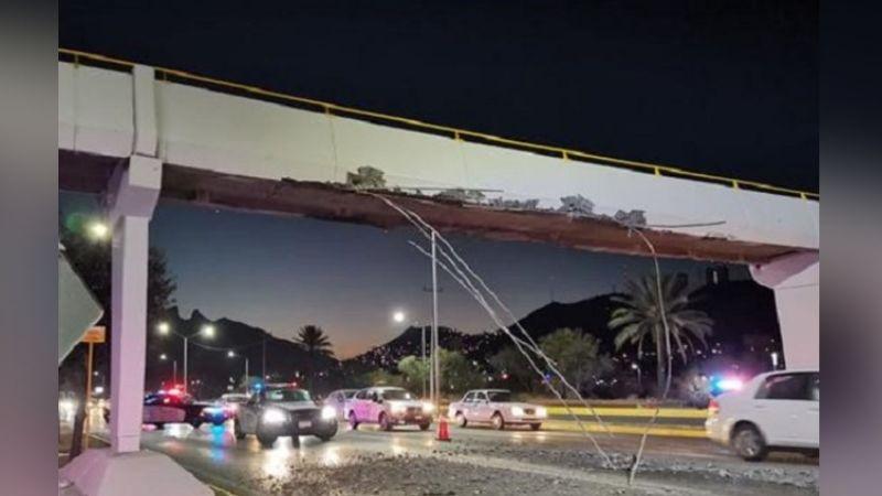 Tráiler ocasiona gran caos vial tras dañar un puente peatonal y arrancar pedazos de concreto
