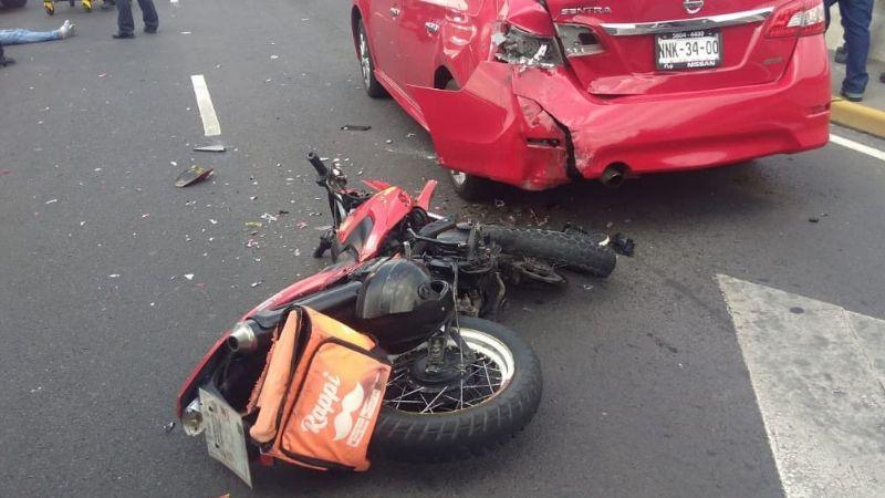 Repartidor de comida rápida termina en el pavimento tras su sufrir aparatoso accidente en su trayecto