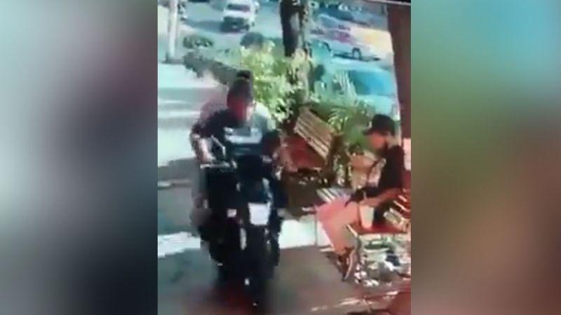VIDEO: Joven es despojado de su celular mientras mensajeaba en una plaza