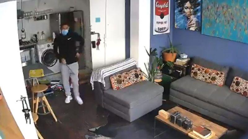Cámaras de seguridad capta el momento en el que sujetos roban objetos de valor en un departamento
