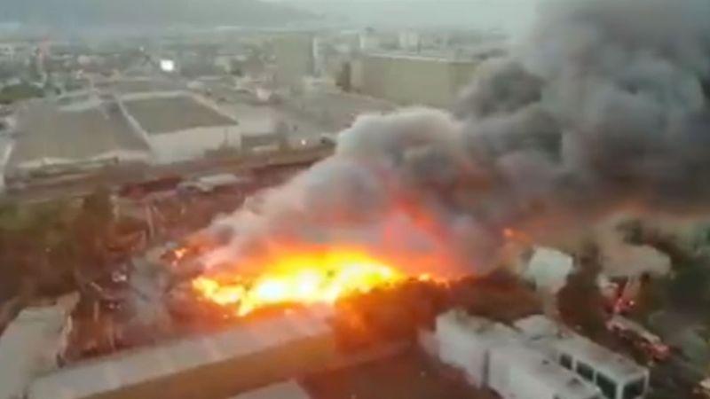 VIDEO: Feroz incendio en empresa de acero oscurece el cielo de Guadalupe