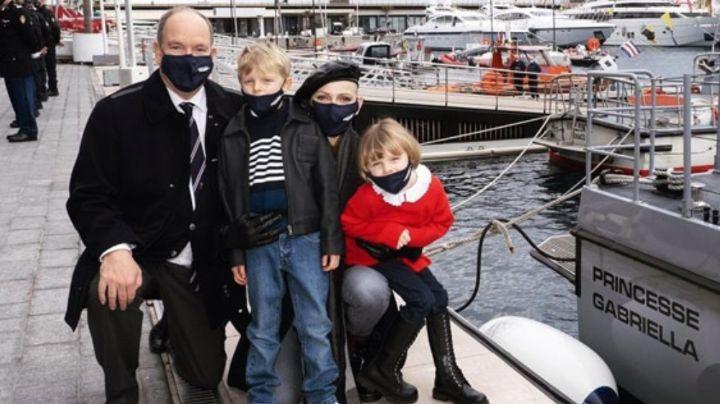 Príncipe Alberto de Mónaco se vuelve el ayudante de Santa junto a esposa e hijos