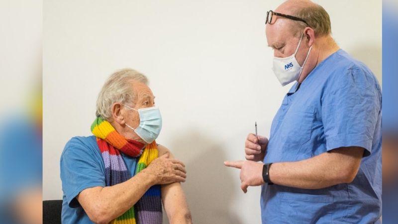 """Ian McKellen de 81 años es vacunado contra el coronavirus: """"Me siento muy afortunado '"""