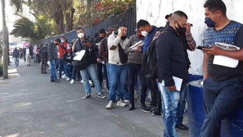 Decenas de policías hacen filas por días para recibir vales navideños de despensa