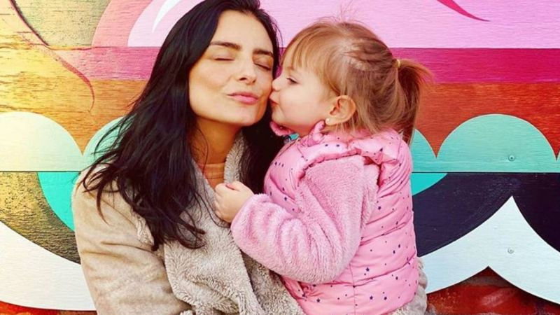 Aislinn Derbez enternece a todos Instagram al decorar el árbol de Navidad con su hija, Kailani
