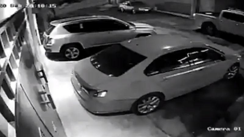 VIDEO: Ladrones se llevan una camioneta con el conductor en el interior