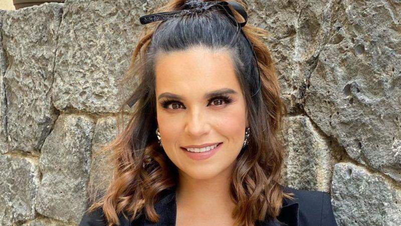 Tania Rincón presume su arbolito de Navidad y su pancita de embarazada