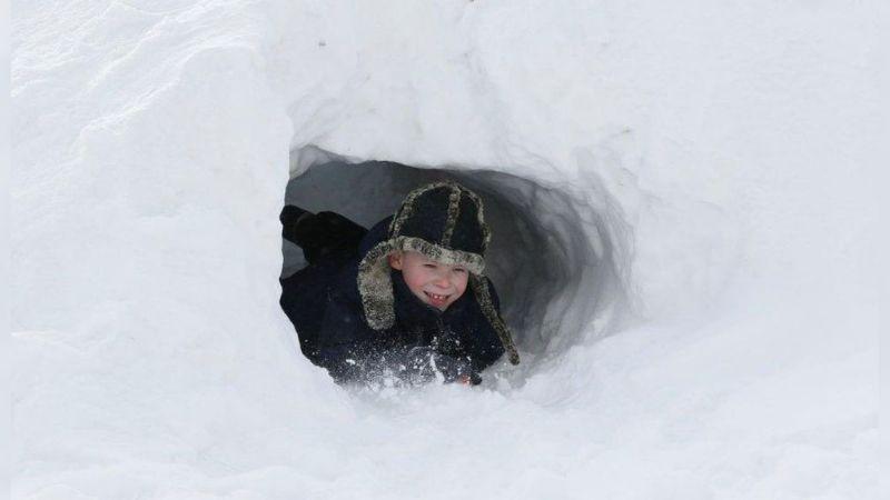 VIDEO: Niños rusos salen a jugar a la calle con una fría temperatura de -48°C
