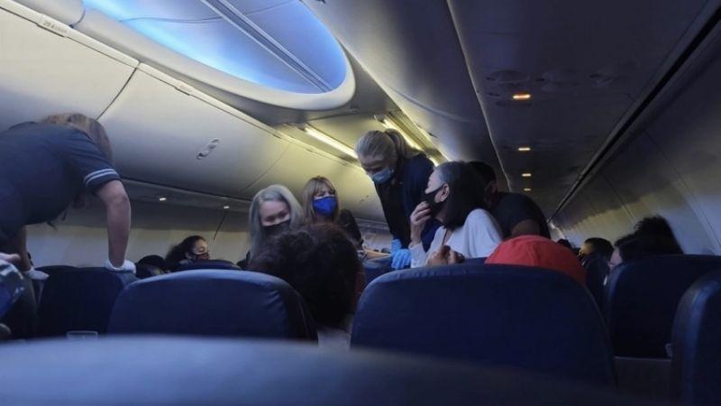Pasajeros ven morir a hombre durante vuelo; testigo relata cómo trató de ayudarlo