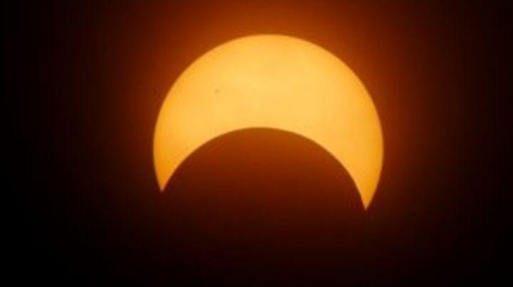 FOTO: Captan el acto insólito de un cometa durante un eclipse total de sol