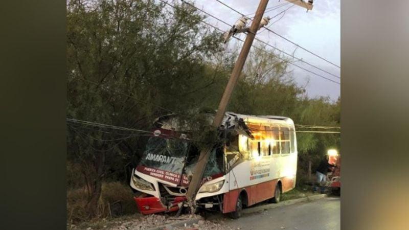 Chofer de autobús se salva de 'milagro' luego de impactarse de lleno contra un poste