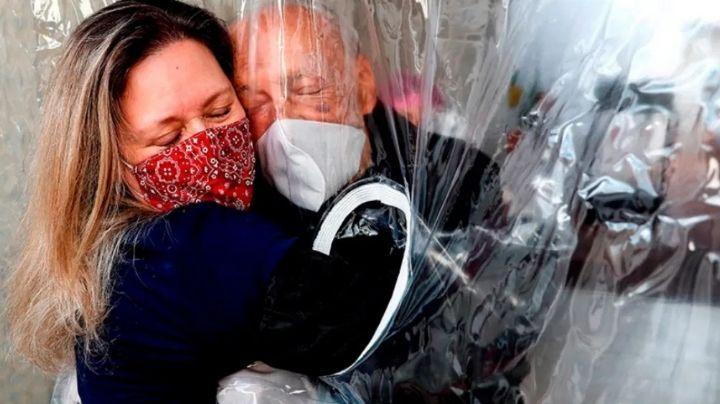 La conmovedora foto de una hija abrazando a su padre con Covid-19, se viraliza en redes