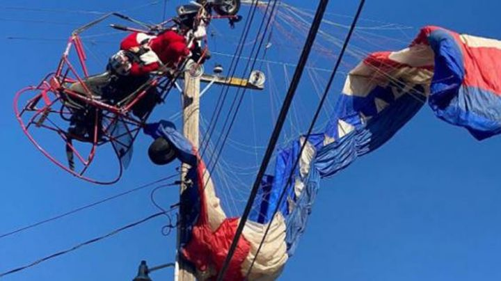 Un intrépido Santa Claus termina tendido en cables eléctricos mientras repartía dulces