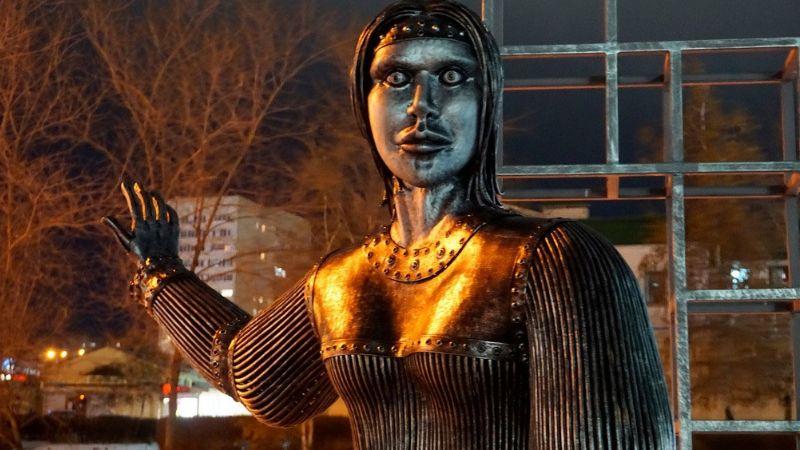 FOTOS: Estatua se viraliza en redes sociales al aterrorizar a ciudadanos rusos