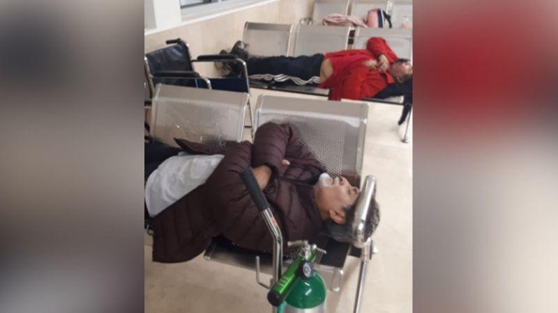 Tras saturación en hospital, pacientes con Covid-19 son atendidos en sala de espera