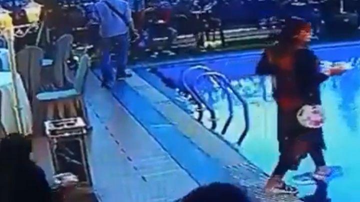 VIDEO: Mujer despistada sufre caída en la alberca por no ver en donde pisa