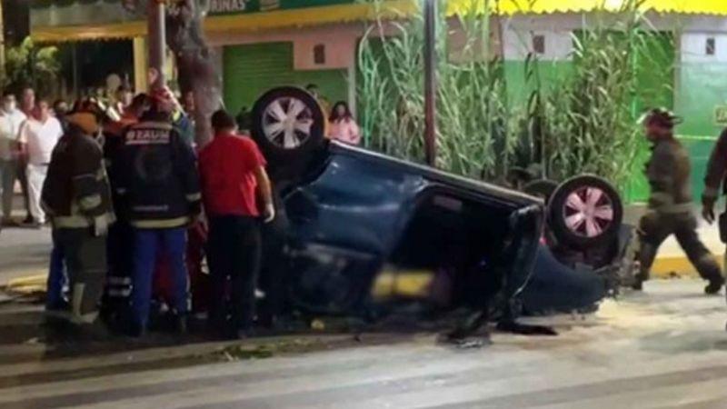 Conductor a exceso de velocidad choca y vuelca en Iztapalapa; hay un muerto y tres lesionados