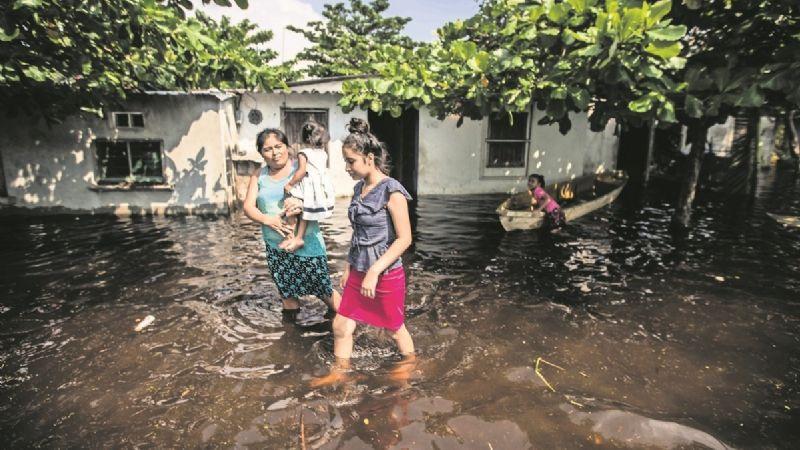 AMLO asegura haber entregado enseres por inundaciones; más de 205 mil familias afectadas