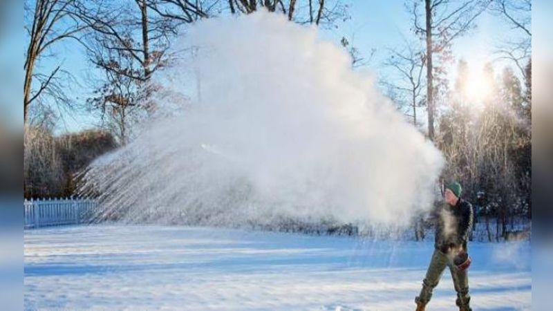 VIDEO: Temperatura de 50 grados bajo cero convierte el agua hirviendo en hielo