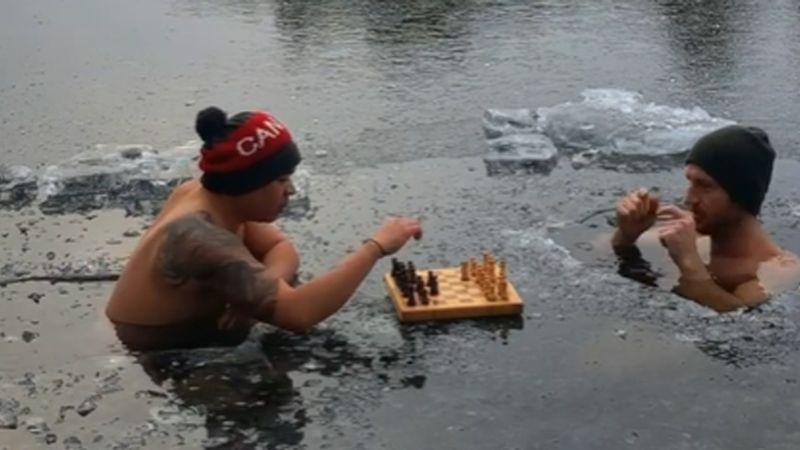 Canadienses juegan una 'extrema' partida de ajedrez, sumergidos en el agua helada