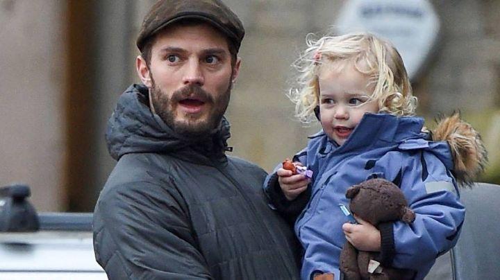 Jamie Dornan de '50 Sombras de Gray' es callado por sus hijas mientras canta villancicos