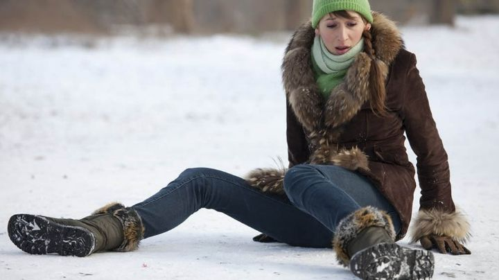 Chica se hace famosa en Internet tras sufrir fuerte caída al deslizarse sobre el hielo