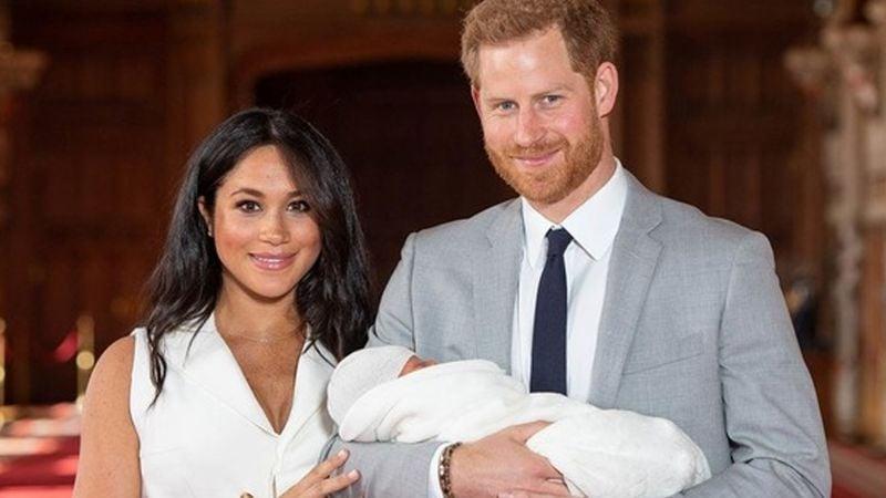Príncipe Harry y Meghan Markle junto  a Archie muestran su primera postal de Navidad en EU