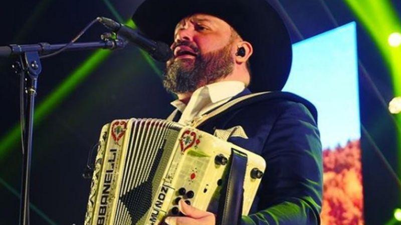 Ricky Muñoz, vocalista de Intocable, se vacuna contra el Covid-19 y narra los efectos secundarios