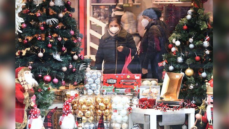 Covid-19 hará vivir una roja Navidad en Italia; encierro total y toque de queda