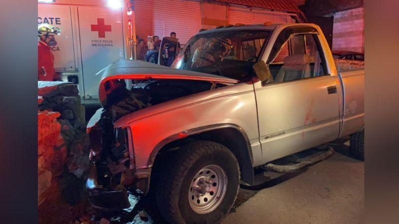 Aparatoso choque deja como saldo dos personas prensadas en el interior de un vehículo