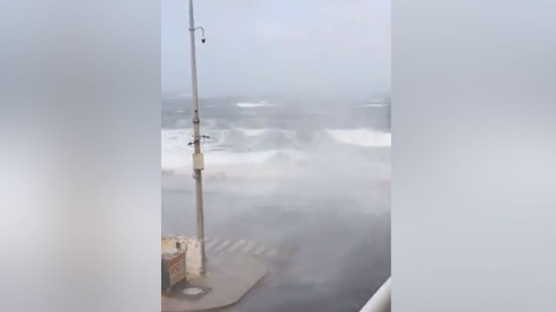 VIDEO: Intensas rachas de viento ocasionan el caos en Veracruz al levantar una gran ola