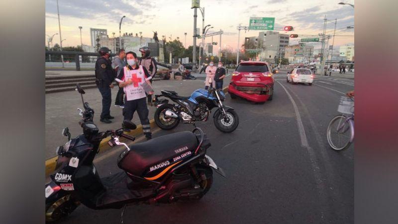 Motociclista sufre aparatoso accidente al derrapar en carretera de Ciudad de México