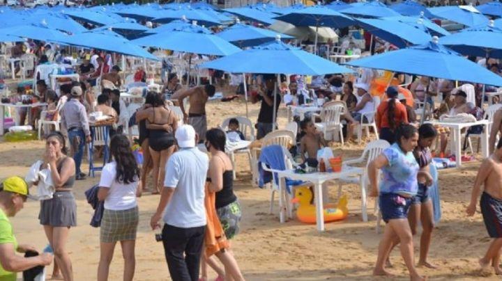Pese al Covid-19, playas de Acapulco se llenan de turistas sin cubrebocas y personas con oxígeno