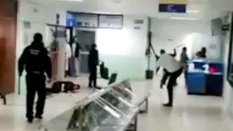 VIDEO: Familiares golpean a guardias y médicos por atención a hombre con Covid-19