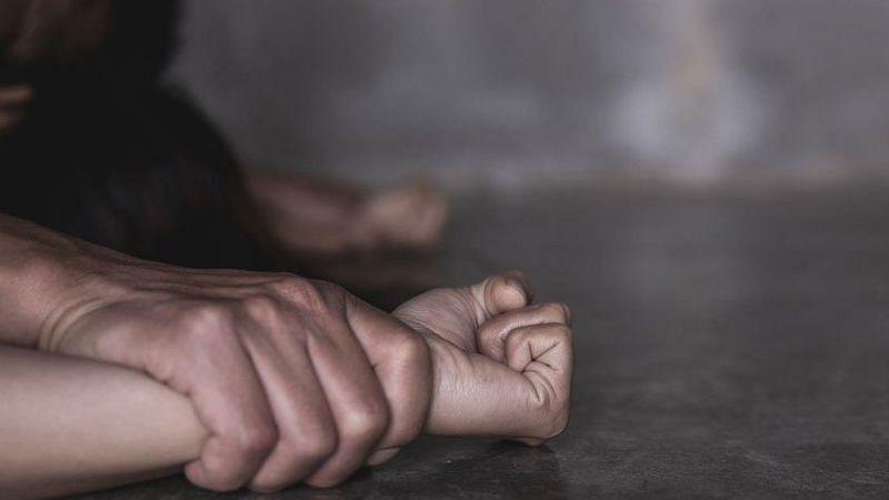 Mujer es abusada por 5 hombres, denuncia en la Policía y oficial vuelve a atacarla