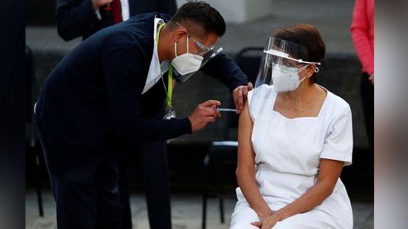 Más de 9 mil empleados del Sector Salud han sido vacunados, según López Ridaura