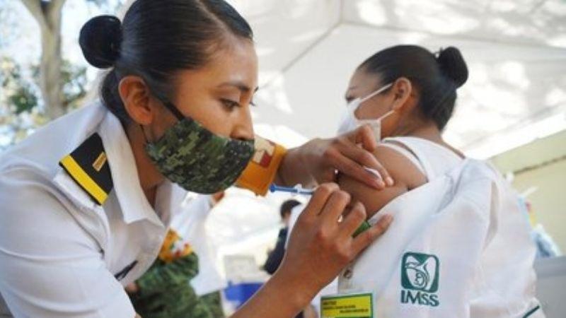 """""""No se brinquen la fila"""": AMLO pide a mexicanos no dejar de vacunarse contra Covid-19"""