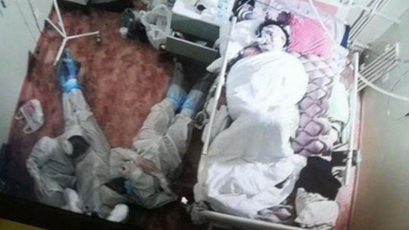 FOTO: Médicos duermen al lado de un paciente con Covid-19 y explican cuál fue la razón