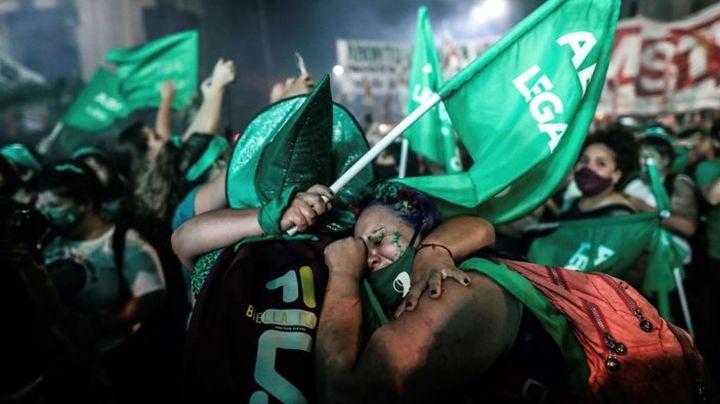 Argentina aprueba el aborto legal y seguro; feministas de todo el mundo festejan