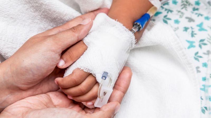 Niño de 2 años cae a cubeta de manteca hirviendo; lo reportan en estado crítico