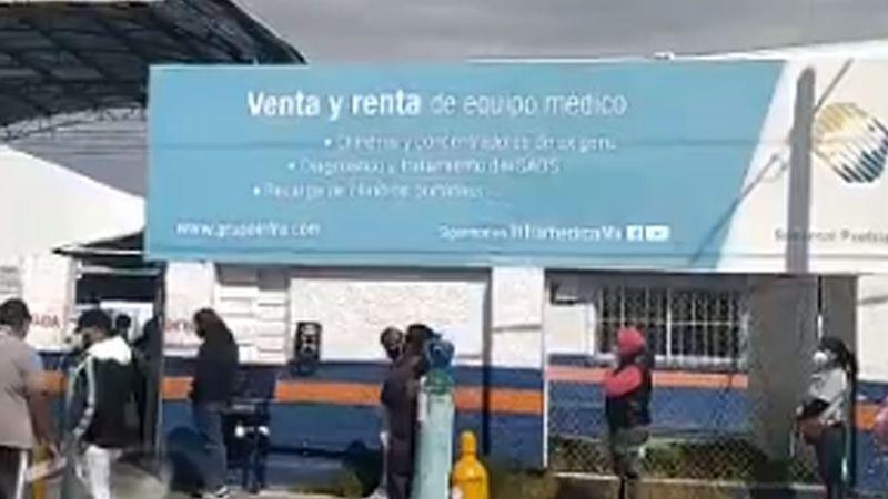 Reportan largas filas de personas para abastecerse de oxígeno en Puebla