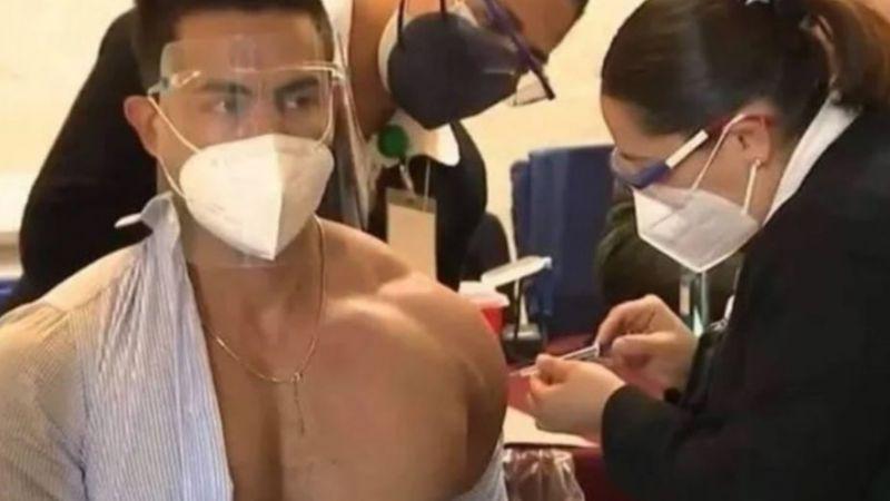 Doctor causa furor con su trabajada figura al ponerse la vacuna contra el Covid-19 sin camiseta