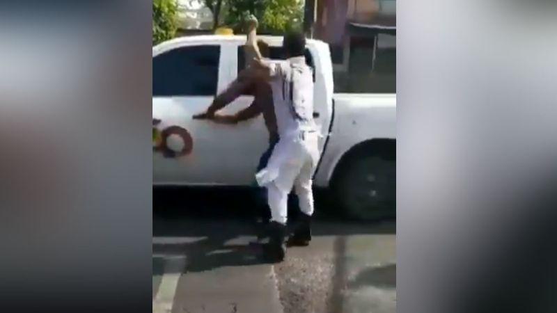 Vendedor propina brutal golpiza a funcionario público tras una presunta extorsión